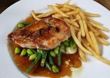 Hühnersteak und -pommes-Frites Stockfoto