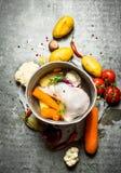 Hühnersuppe in einem alten Topf mit Gemüse Lizenzfreie Stockbilder