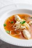 Hühnersuppe mit Nudeln und Gemüse in der weißen Schüssel Stockfotos