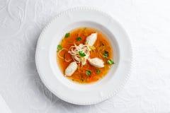 Hühnersuppe mit Nudeln und Gemüse in der weißen Schüssel Stockbilder