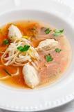 Hühnersuppe mit Nudeln und Gemüse in der weißen Schüssel Stockbild