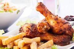 Hühnertrommelstöcke mit Chips Lizenzfreies Stockbild