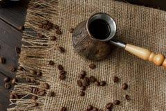 Hülse des türkischen Kaffees mit einem Holzgriff Lizenzfreies Stockfoto