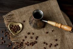Hülse des türkischen Kaffees mit einem Holzgriff Stockfoto