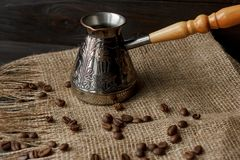 Hülse des türkischen Kaffees mit einem Holzgriff Lizenzfreies Stockbild