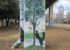 Hündchen-themenorientierte Kunst im Barken-Park zentral, tiefes Ellum, Texas stockfotografie