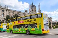 Hüpfen Sie auf Hopfen weg vom Sightseeing-Tour-Bus in Wien, Österreich Lizenzfreies Stockfoto