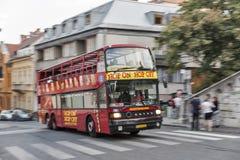 Hüpfen Sie auf Hopfen weg vom touristischen Bus, der in Budapest, Ungarn verwischt wird Lizenzfreie Stockbilder