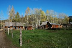Hürde und Kabine im Dorf Stockbild