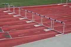 Hürden auf einer Leichtathletiklaufbahn lizenzfreies stockfoto