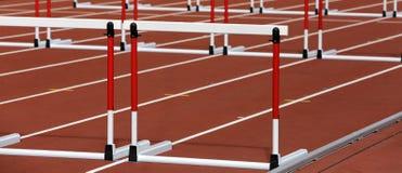 Hürden auf Wettbewerbshintergrund lizenzfreie stockfotografie