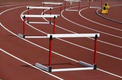 Hürden auf Wettbewerbshintergrund lizenzfreie stockfotos