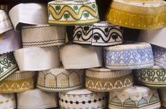 Hüte auf Anzeige Fes Medina Marokko stockbild