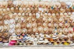 Hüte auf der Anzeige am Straßenhändler in Cartagena, Kolumbien lizenzfreies stockfoto
