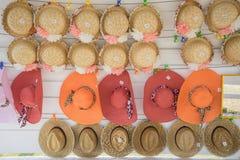 Hüte auf der Wand Stockfotografie