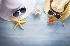 Hüte auf hölzerner Planke des blauen Atolls stockfotos