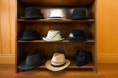 Hüte auf Regalen stockbild