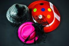 Hüte auf schwarzem Hintergrund, Karnevalshüte, Parteihüte stockfotos