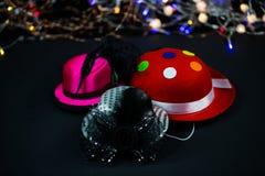 Hüte auf schwarzem Hintergrund, Karnevalshüte, Parteihüte lizenzfreie stockfotografie
