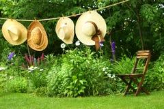 Hüte, die an der Wäscheleine hängen Lizenzfreies Stockbild
