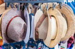 Hüte für Verkauf auf den Straßen von Siena, Toskana Stockfotografie