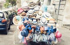 Hüte für Verkauf in einem Einkaufsstall in der Straße von Catania, Sizilien, Italien lizenzfreie stockfotos