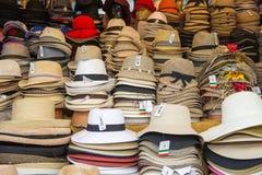 Hüte für Verkauf in einem italienischen Straßenmarkt- stockfotografie