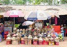 Hüte im Verkauf bei Angkor stockbild