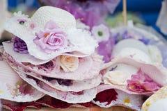 Hüte mit Blumen stockbilder