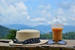 Hüte, Sonnenbrille und Eistee in der Natur lizenzfreie stockfotografie