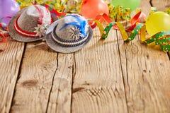 Hüte und Ballone, die auf rustikalem Holztisch sitzen lizenzfreie stockfotos