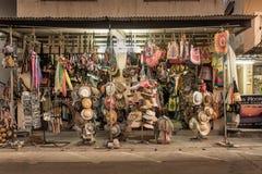 Hüte und Retro- Sachen für Verkauf auf thailändischem Markt stockbild