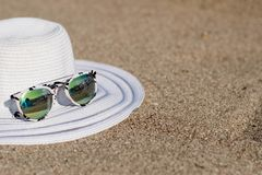 Hüte und Sonnenbrille lizenzfreies stockfoto