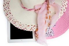 Hüte und Tablette bereit zum Sommer Auf weißem Hintergrund lizenzfreie stockbilder
