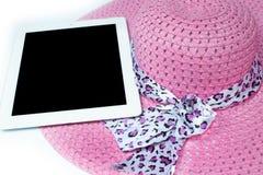 Hüte und Tablette bereit zum Sommer Auf weißem Hintergrund stockfotografie