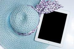 Hüte und Tablette bereit zum Sommer Auf weißem Hintergrund lizenzfreies stockbild