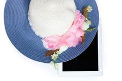 Hüte und Tablette bereit zum Sommer Auf weißem Hintergrund stockfoto