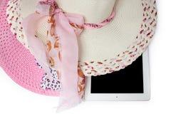 Hüte und Tablette bereit zum Sommer Auf weißem Hintergrund lizenzfreie stockfotos