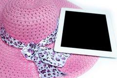 Hüte und Tablette bereit zum Sommer Auf weißem Hintergrund stockbilder