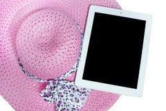 Hüte und Tablette bereit zum Sommer Auf weißem Hintergrund lizenzfreies stockfoto