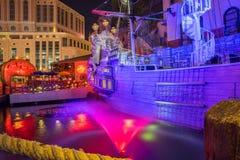 Hüten Sie Insel-Hotel- und Kasinopiratenschiff nachts Lizenzfreie Stockbilder