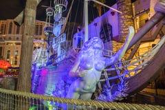 Hüten Sie Insel-Hotel- und Kasinopiratenschiff nachts Stockbild