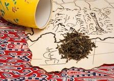Hüten Sie Karte, Tee und ein Teecup Stockfotos