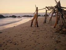 Hütte auf dem Strand bei Sonnenuntergang Stockbilder