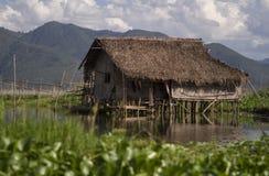 Hütte auf dem Wasser stockfoto