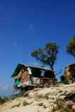 Hütte auf einem Hügel Stockbild
