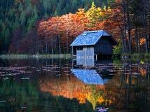 Hütte auf einem See. Stockbilder