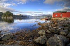 Hütte des Fischers, Fjord szenisch Lizenzfreies Stockfoto
