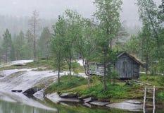 Hütte durch einen See Stockfotografie