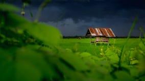 Hütte im Ackerland von Leuten in der Landschaft Thailand und im bewölkten Himmel Stockfotografie